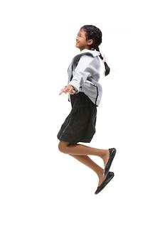 Retrato do salto asiático preto da criança isolado no branco.