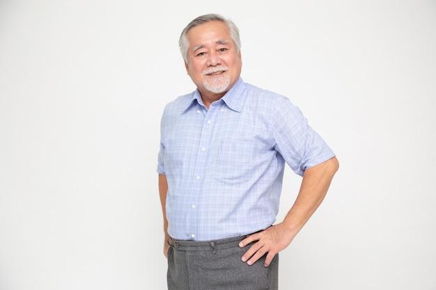 Retrato do sorriso do homem asiático sênior isolado sobre a parede branca.