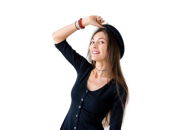 Retrato do sorriso largo da mulher alegre hipster