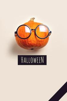 Retrato do sr. abóbora com óculos. conceito de halloween.