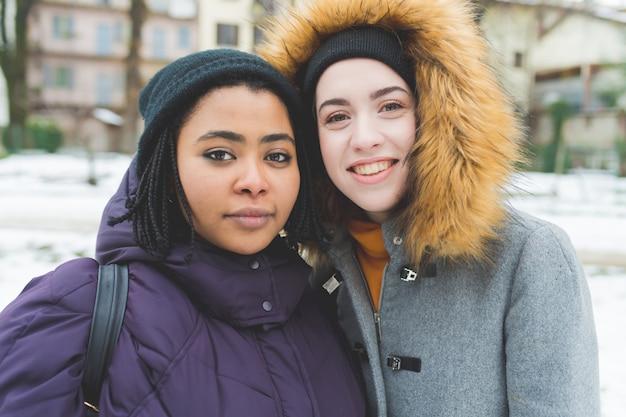 Retrato, dois, mulheres jovens, sorrindo