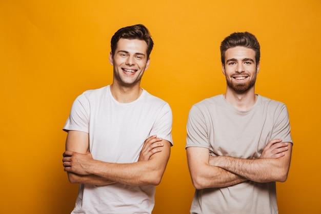 Retrato dos melhores amigos de dois jovens felizes