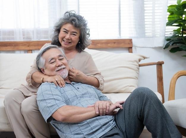 Retrato dos pares asiáticos sênior idosos felizes junto em casa.