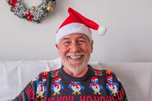 Retrato e close-up de um homem maduro e alegre sorrindo e olhando para a câmera rindo - sênior vestindo roupas de inverno e natal se divertindo