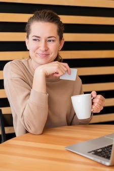 Retrato elegante mulher segurando o cartão de crédito