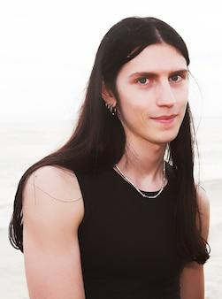 Retrato em close de um jovem metrossexual