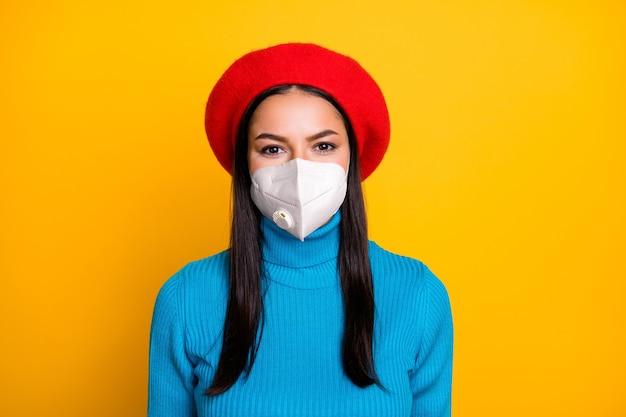 Retrato em close-up de menina usando respirador para parar patógeno influenza pandemia china respirar ar fresco