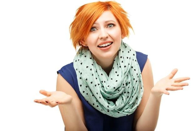 Retrato em close-up de uma garota ruiva engraçada gesticulando emocionalmente e acenando com as mãos isoladas em branco