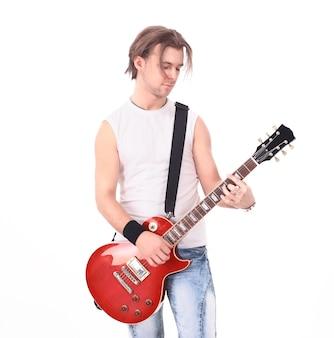 Retrato em pleno crescimento de um jovem com um violão
