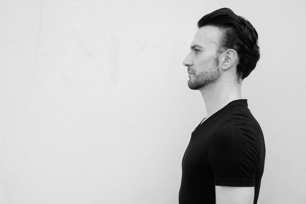 Retrato em preto e branco da vista de perfil de um belo homem italiano