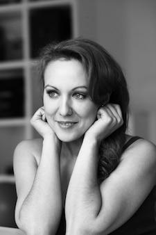Retrato em preto e branco de mulher bonita de meia-idade