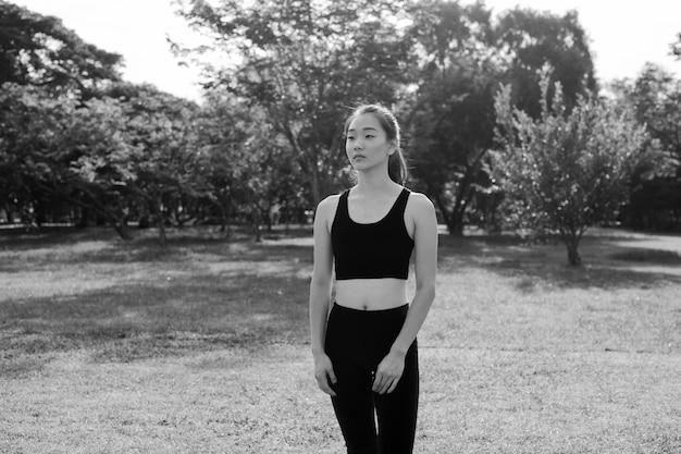 Retrato em preto e branco de mulher no parque pronta para uma vida saudável