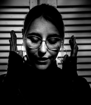 Retrato em preto e branco de mulher usando óculos