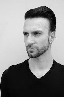 Retrato em preto e branco de um belo homem italiano pensando