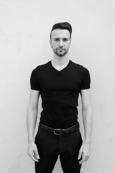 Retrato em preto e branco de um belo homem italiano