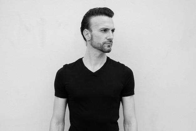Retrato em preto e branco de um belo italiano com barba