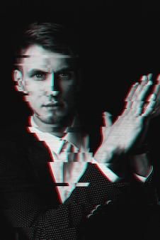 Retrato em preto e branco de um homem com um efeito de falha de computador
