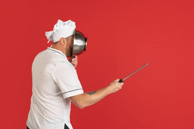 Retrato em quadrinhos de um homem barbudo e um cozinheiro chef