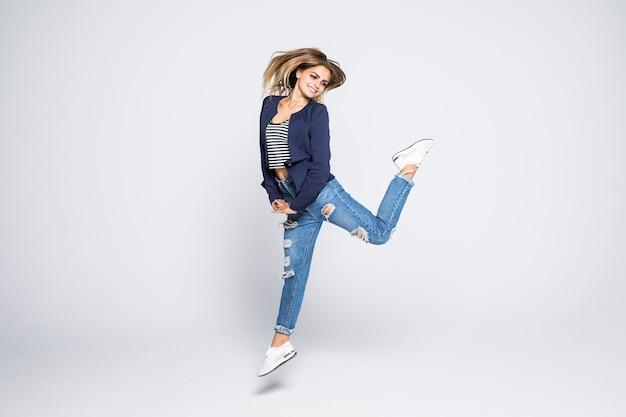 Retrato em tamanho real de uma encantadora louca louca e animada pulando isolada