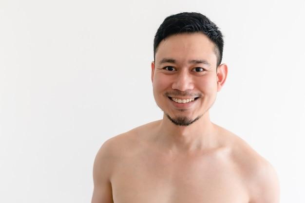 Retrato em topless de um homem asiático feliz em fundo branco isolado.
