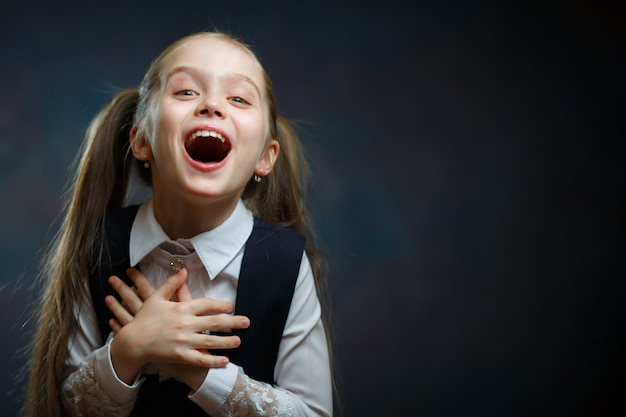 Retrato emocional da colegial elementar alegre