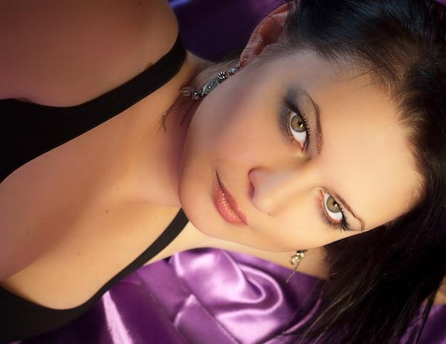 Retrato encantador do close up da mulher