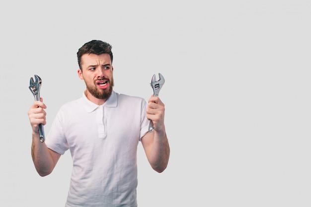 Retrato engraçado chateado artesãos. não sabe usar ferramentas para reparo