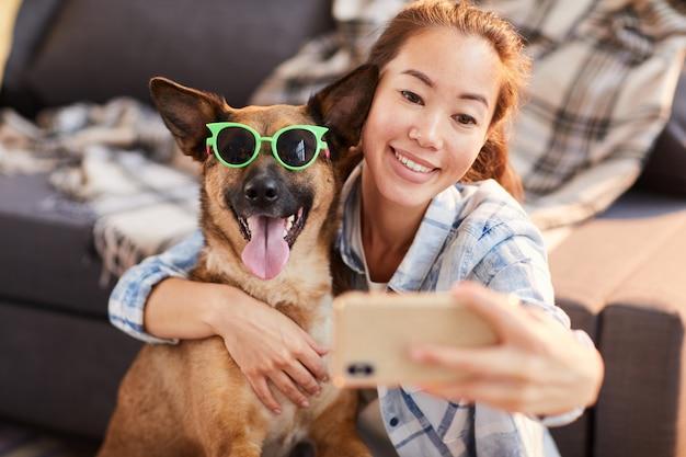 Retrato engraçado com cachorro