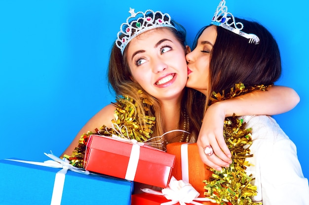 Retrato engraçado de estilo de vida de férias de duas lindas garotas melhores amigas prontas para a festa