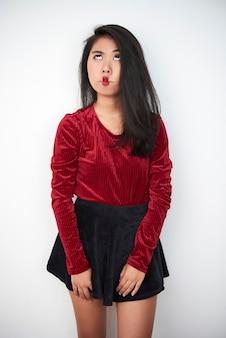 Retrato engraçado de menina asiática