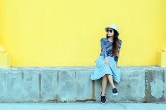 Retrato ensolarado da forma do estilo de vida da mulher à moda nova do moderno.
