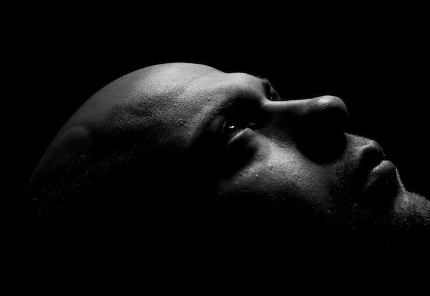 Retrato escuro do estúdio de pose bonito
