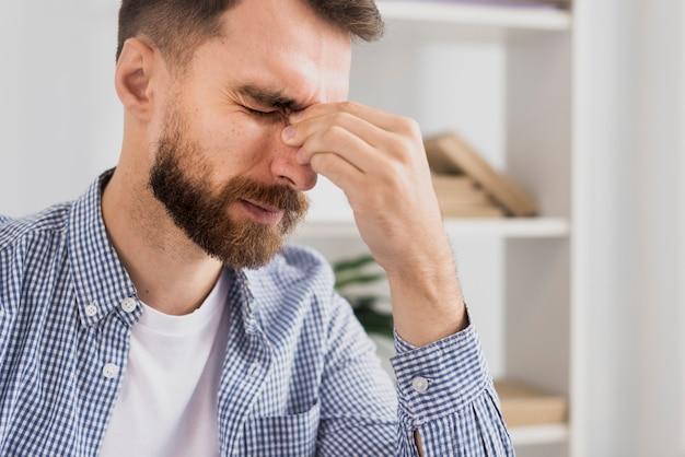 Retrato estressado masculino no trabalho pensando