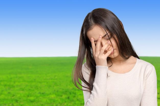 Retrato estressado triste mulher jovem em pé