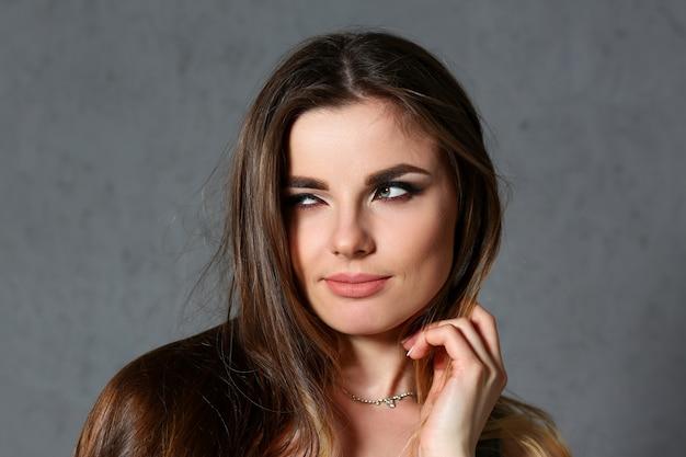 Retrato europeu bonito da mulher