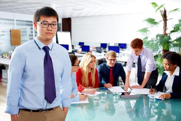 Retrato executivo jovem empresário asiático