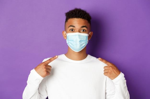 Retrato expressivo jovem africano usando máscara médica