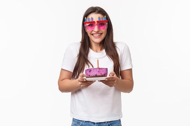 Retrato expressivo jovem comemorando aniversário