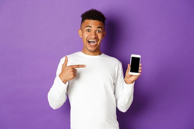Retrato expressivo jovem segurando o celular