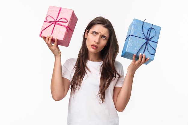 Retrato expressivo jovem segurando presentes