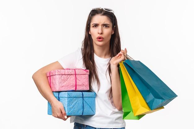 Retrato expressivo jovem segurando sacolas de compras