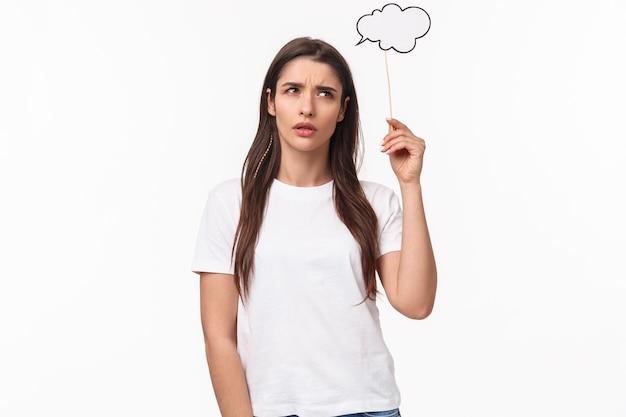 Retrato expressivo jovem segurando um discurso de bolha