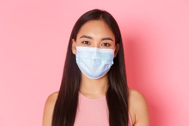 Retrato expressivo jovem usando máscara