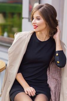 Retrato externo de mulher encantadora feliz na cidade