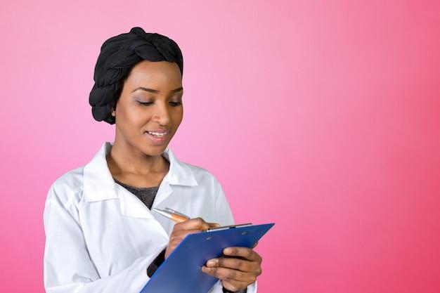 Retrato feliz confiante afro-americano feminino médico