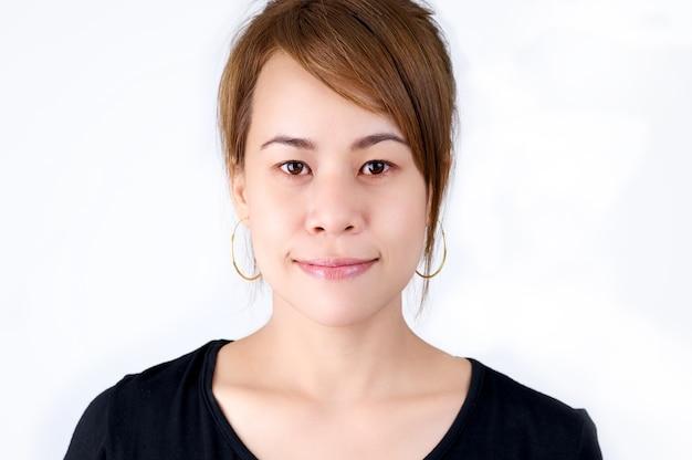 Retrato feliz de sorriso da mulher asiática.