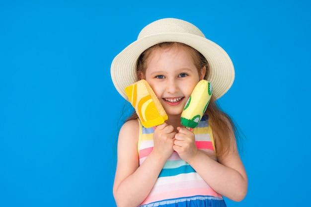 Retrato feliz menina chapéu de palha com sorvete têxtil em azul