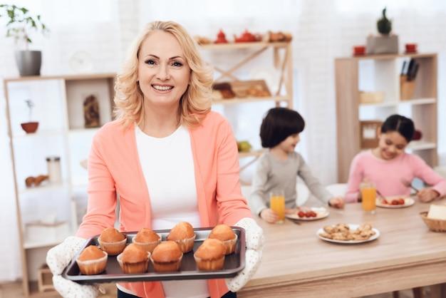 Retrato, feliz, vovó, segurando, prato, com, muffins