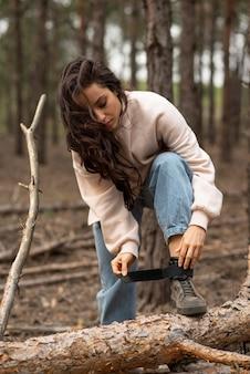 Retrato feminino amarrar sapatos atacadores