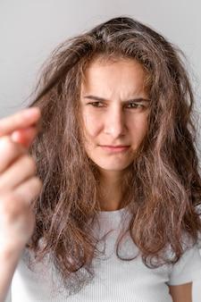 Retrato feminino com cabelo emaranhado